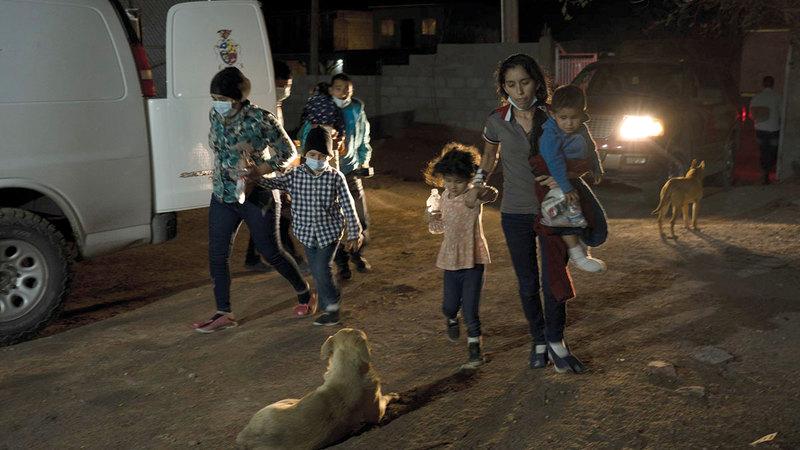 مهاجرون لاتينيون مع أطفالهم على الحدود بين أميركا والمكسيك.  من المصدر