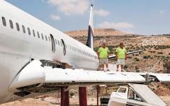 الصورة: فلسطينيان يحوّلان طائرة «بوينغ 707» إلى مقهى وصالة أفراح