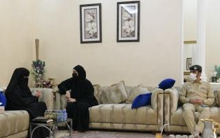 الصورة: شرطة دبي تُسعد أماً بلقاء مرئي مع ابنها النزيل