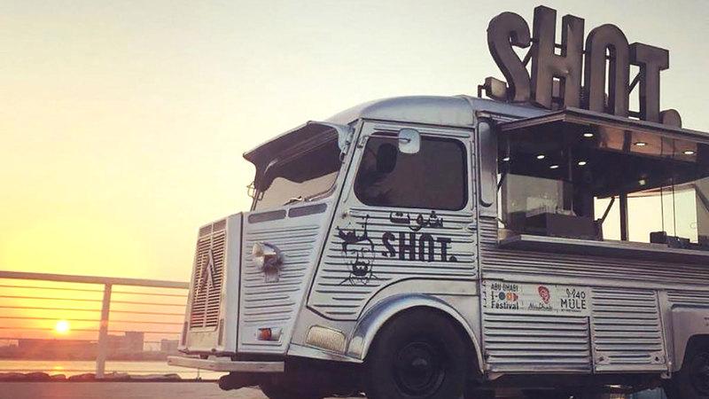 «شوت كافيه» يقدّم القهوة والوجبات الخفيفة بنظام العربات المتنقلة.  من المصدر