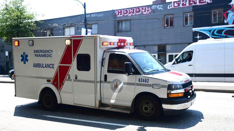 سيارة إسعاف في فانكوفر على استعداد لنقل المتأثرين بالحرارة الشديدة.  أ.ف.ب