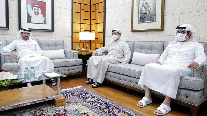 حمدان بن محمد ومكتوم بن محمد ومنصور بن زايد خلال اللقاء.  من المصدر