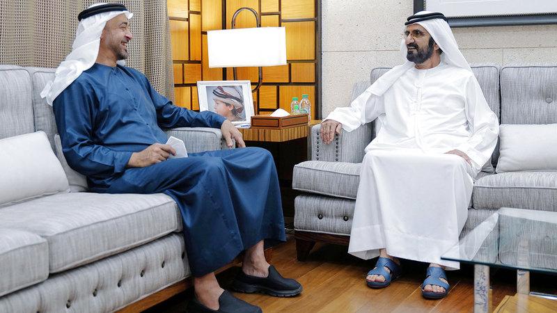 محمد بن راشد ومحمد بن زايد خلال لقائهما في استراحة المرموم بدبي.  من المصدر