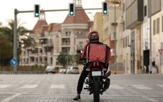 الصورة: 9 قواعد تحكم سائقي دراجات التوصيل.. و6 مخالفات توقفهم عن العمل في دبي