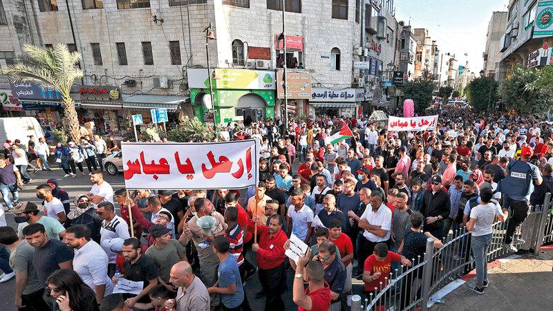 المتظاهرون الفلسطينيون غيّروا شعاراتهم وطالبوا عباس بالرحيل.  أ.ف.ب