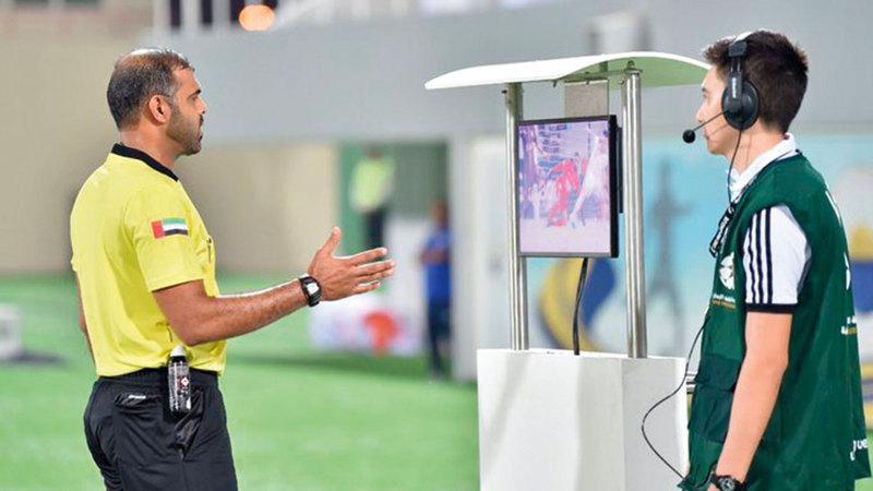 عمار الجنيبي خلال مراجعة شاشة «الفار» في مباراة سابقة.   من المصدر