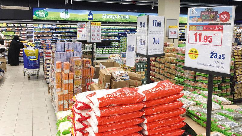 تنوع السلع المشمولة بالعروض يسهم في الحصول على سلع غذائية واستهلاكية بأسعار مخفضة.  أرشيفية