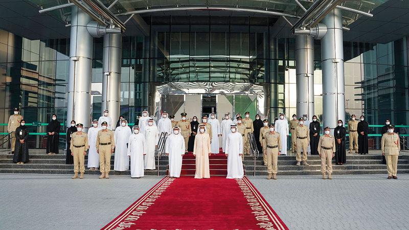 محمد بن راشد خلال زيارته إلى مقر القيادة العامة لشرطة دبي بحضور حمدان بن محمد ومكتوم بن محمد.  وام