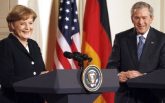 الصورة: ميركل تمد حبل الود لبوش.. وتصادق أوباما.. وتجمعها علاقة مسمومة مع ترامب