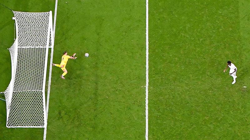 الشاب الواعد بوكايو ساكا يهدر ركلة الترجيح الأخيرة لإنجلترا أمام حارس إيطاليا دوناروما.   أ.ف.ب
