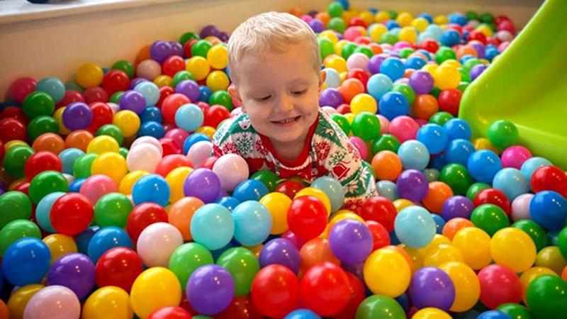 الإبداع والمرونة في اختيار طرق الاحتفال عاملان مهمان في دعم الأطفال معنوياً.  أرشيفية