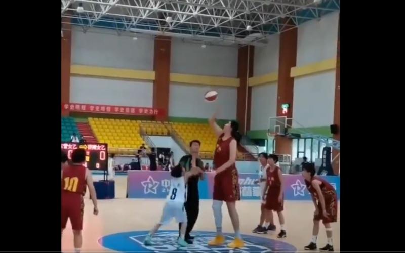 الصورة: عمرها 14 سنة وطولها 226 سم.. صينية تحبط لاعبات جيلها في كرة السلة (فيديو)