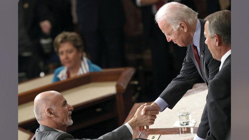 بايدن (إلى اليمين) وعد غني باستمرار الدعم وعدم التخلي عن أفغانستان.  أرشيفية