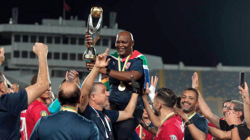 موسيماني يرفع كأس دوري أبطال إفريقيا للمرة الثالثة في مسيرته التدريبية.   من المصدر
