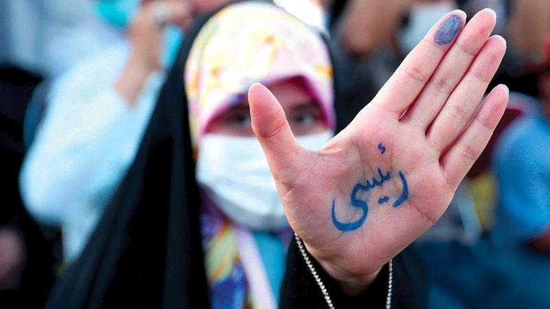لايزال قطاع واسع من الإيرانيين يتعدى الثلث يؤيد اليمينيين.   أرشيفية