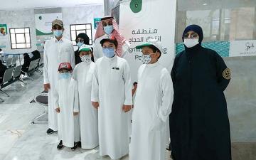 الصورة: أبناء مطوّف سعودي توفي جراء «كورونا» يخدمون الحجاج تنفيذاً لوصيته