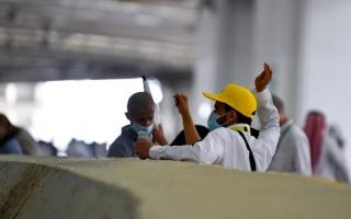 الصورة: حجاج بيت الله الحرام يرمون الجمرات الثلاث في أول أيام التشريق