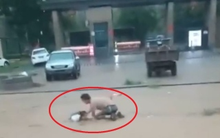 الصورة: لحظة إنقاذ امرأة وطفليها من الموت المحقق.. فيديو