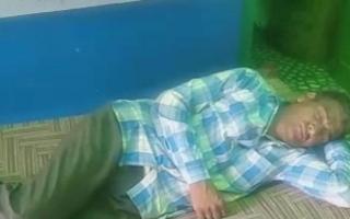 """الصورة: يعاني من """"فرط النوم المحوري"""".. هندي ينام 3 أسابيع كل شهر"""