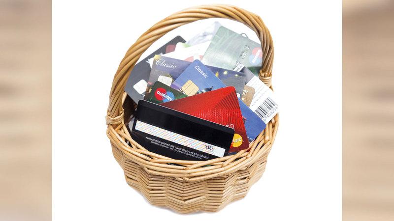 متعاملون أكدوا أن إجراءات نقل مديونياتهم استغرقت أكثر من شهرين بسبب بطاقات الائتمان.      أرشيفية