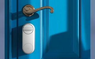الصورة: شراكة بين «اتصالات» و«يل» لتزويد حلول الأقفال الذكية للأبواب
