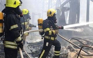 الصورة: حريق بمستودع في مصفح الصناعية