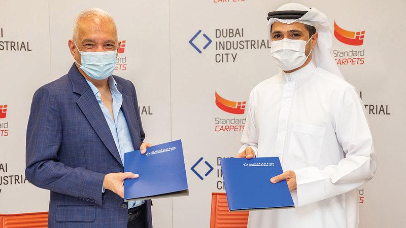 خلال توقيع اتفاقية توسعة مصنع السجاد في «دبي الصناعية».    من المصدر