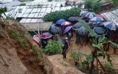 الصورة: نقل الآلاف إلى مناطق آمنة بعد انهيارات أرضية في بنغلاديش