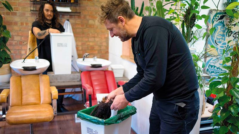فراي تايلور أحد مؤسسي مجموعة «غرين صالون» (الصالون الأخضر) الذي يقود المبادرة.  رويترز