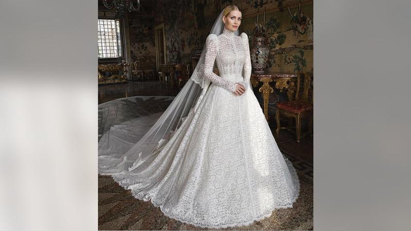 فستان زفاف كيتي سبنسر نسخة محدثة من فستان زفاف أميرة موناكو ممثلة هوليوود الأميركية غريس كيلي. غيتي