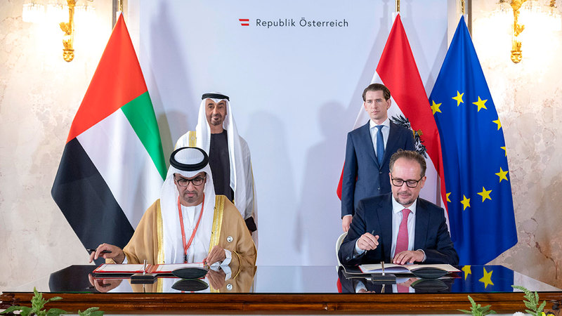 محمد بن زايد وكورتس خلال حضورهما توقيع اتفاقية الشراكة في فيينا. من المصدر