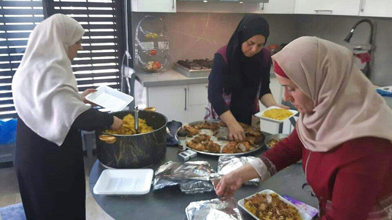 نساء «بيتا» يقضين ساعات طويلة لإعداد كميات كبيرة من الطعام.  الإمارات اليوم