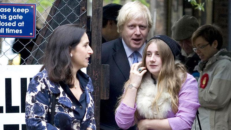 لارا مع والدها ووالدتها.  من المصدر