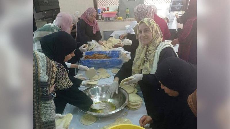 نساء «بيتا» يشاركن في إعداد الطعام.  الإمارات اليوم