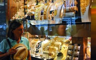 الصورة: الذهب يتجه لأفضل مكسب أسبوعي خلال شهرين