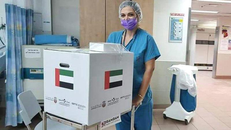 ممرضة تنقل الكلية لدى وصولها إلى مستشفى «رمبام» في مدينة حيفا.  من المصدر
