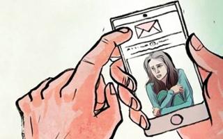 الصورة: آسيوي يشهر بفتاة وينقل صورها لوالدها عبر «واتس أب»