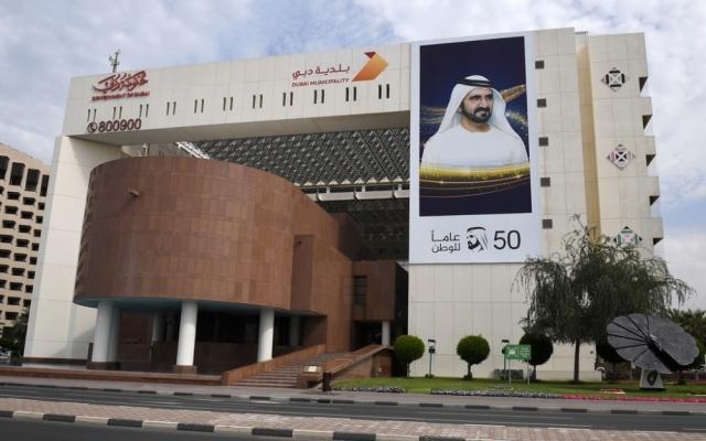 الصورة: «بلدية دبي» تخالف 4 مؤسسات وتحذر 31 أخرى لمخالفتها تدابير «كورونا»