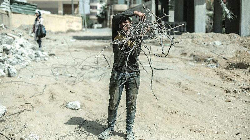 عامل خلال جمع الحديد.  الإمارات اليوم