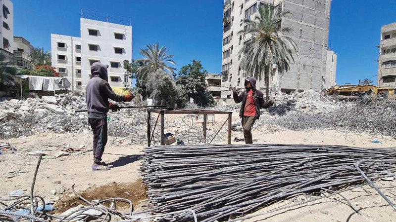 حديد التسليح يعاد تدويره بواسطة أدوات يدوية بسيطة.  الإمارات اليوم