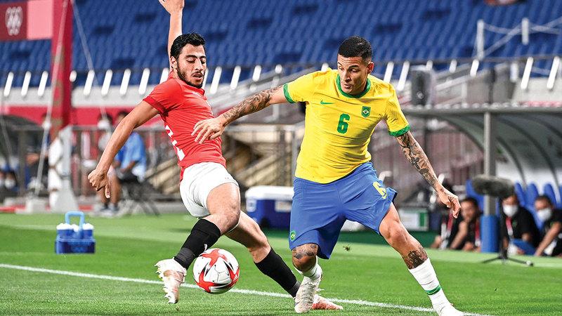 حوار على الكرة بين البرازيلي غيليرمو أرانا والمصري أكرم توفيق.   أ.ف.ب