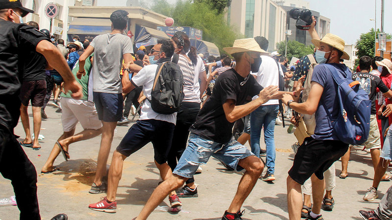 الاضطرابات في تونس أحد مظاهر الأزمة المستفحلة.   أ.ب