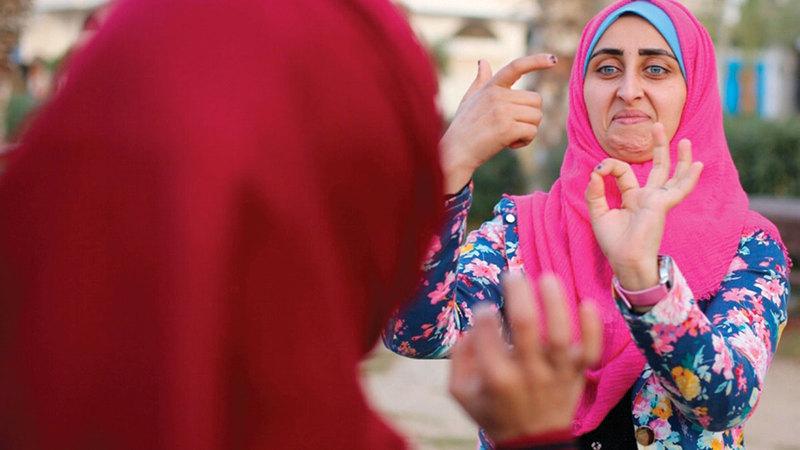 الشابة هبة أبوجزر من فئة الصم والبكم في غزة.   الإمارات اليوم