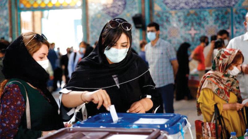 الناخبون الإيرانيون يطمحون إلى وضع حد لمشكلاتهم.   إي.بي.إيه