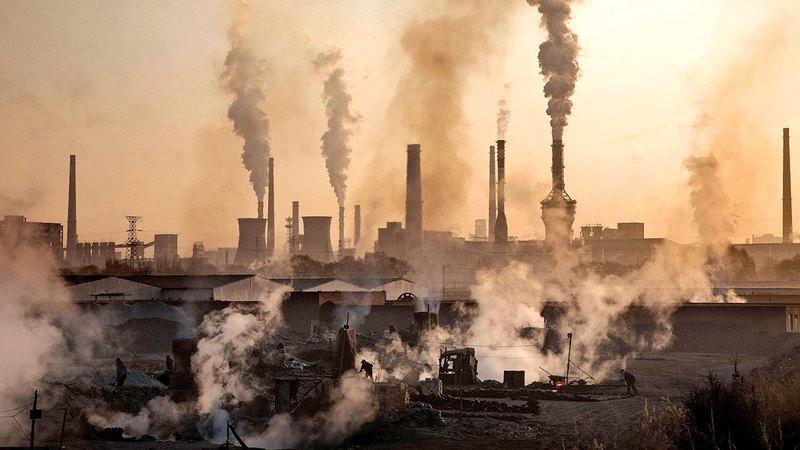 عدم معالجة مشكلة كربون المصانع يفاقم أخطار تلوث الهواء.   عن «ناشيونال جيوغرافيك»