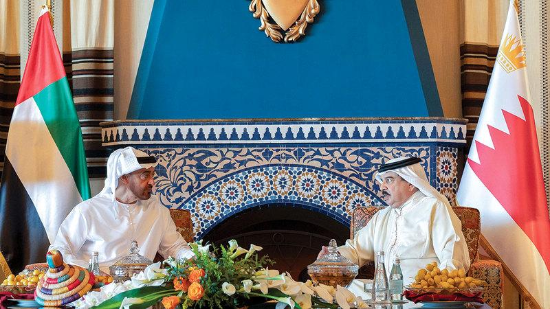 محمد بن زايد وحمد بن عيسى استعرضا التطورات الإقليمية والدولية ومسارات التعاون بينهما.    من المصدر