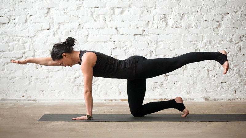 ممارسة «اليوغا» أثناء الطقس الأكثر دفئاً مفيدة للغاية للجسم مقارنة بأشهر الشتاء.  د.ب.أ