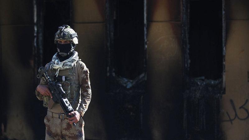 جندي أمام دخل السفارة الأميركية الذي تعرض للقصف من الميليشيات العراقية إثر مقتل الجنرال سليماني.   أ.ف.ب