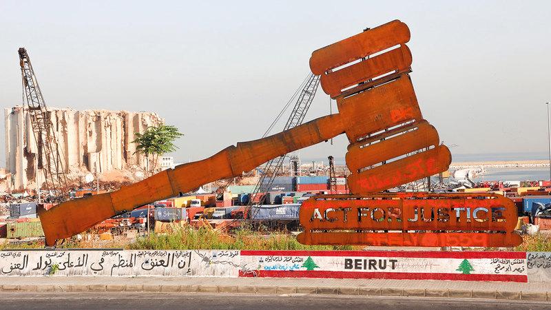 مجسّم يرمز لمطرقة العدالة تم تثبيته بالقرب من موقع الانفجار.  رويترز