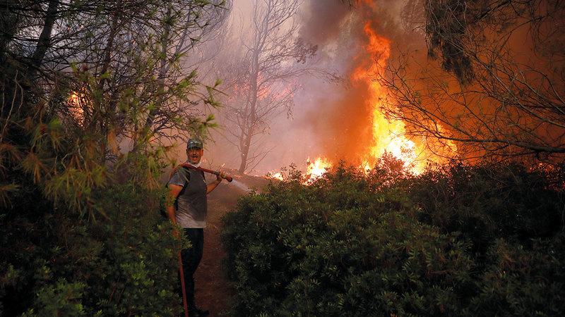 الأحوال الجوية لا تساعد على سرعة الانتهاء من إخماد النيران.  رويترز